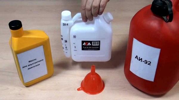 Смешивание масла и бензина