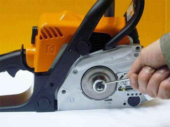 Демонтаж штопорного кольца с бензопилы