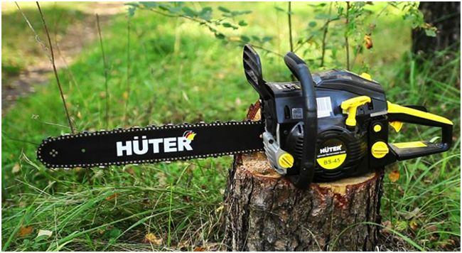 бензопила Хутер на пне в лесу