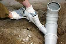 Работы над системой канализации в частном доме