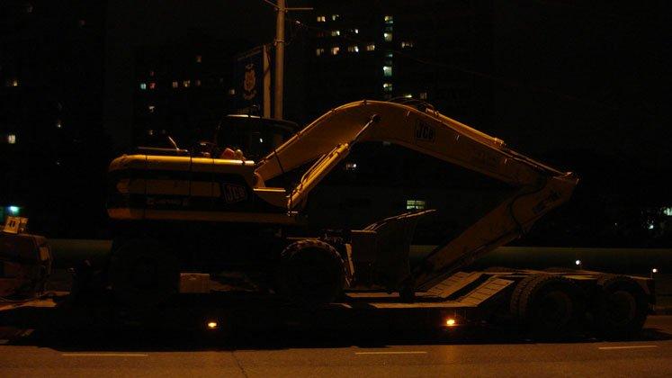 Транспортировка полноповоротного габаритного гусеничного экскаватора Hitachi
