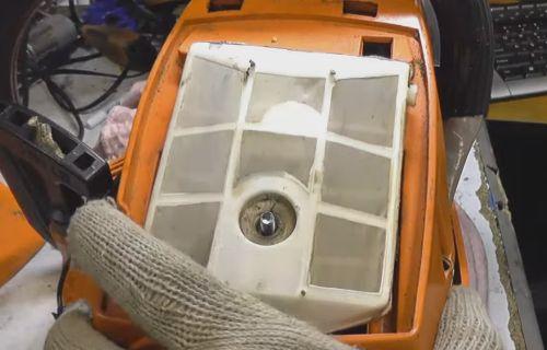 проверка воздушного фильтра бензопилы и его замена